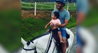 Keylor Navas disfruta de sus vacaciones montando en burro