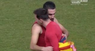 El abrazo y cambio de camisetas entre Arda y Messi