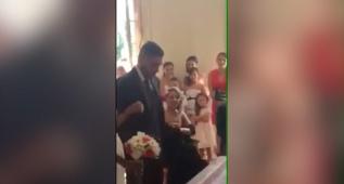 El novio acepta casarse con la novia con un rotundo... ¡SÍIIIIIII!