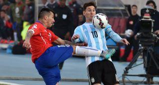 Patadón criminal de Medel a Messi en el estómago