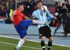 El patadón criminal de Medel a Messi en el estómago
