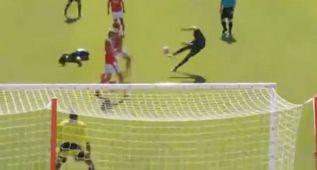 Benteke se estrena en el Liverpool marcando a lo James