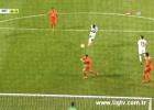 Eto'o hace un gol de volea y otro 'maradoniano' en su debut