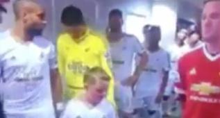 La cara entrañable de alucine de este niño al ver a Rooney