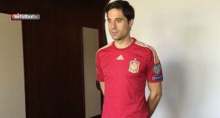 Así posan Etxeita y Gaspar con la camiseta de La Roja