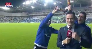Este periodista acabó bañado en cerveza por los jugadores