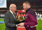 Bobby Charlton e Inglaterra homenajearon a Rooney