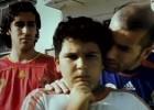 La pachanga callejera de dos niños con los cracks del fútbol