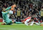 El Arsenal golea y mantiene viva la esperanza del pase