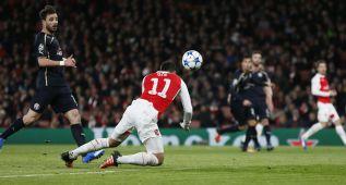 ¡Lo nunca visto! Özil marcó con un cabezazo en plancha