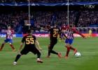 Torres se luce en el Calderón: pase de tacón a Filipe Luís