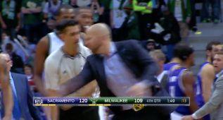 Kidd enloquece e intenta robarle el balón a un árbitro