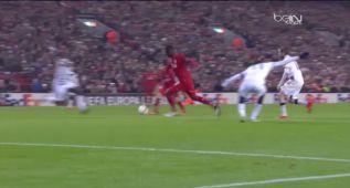 El brutal trallazo de Benteke que pone al Liverpool líder