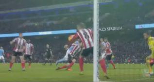 Escandalosa mano sobre la línea de gol que no se pitó