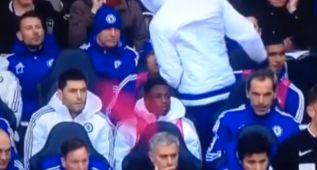 Diego Costa, enfadado por no salir, le tiró el peto a Mourinho