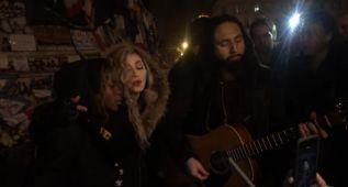 Madonna canta 'Imagine' en la calle por los atentados de París