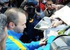 ¿Qué fue lo más curioso que firmó Iniesta en Japón?