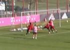 Neuer se las para todas... ¡hasta en el entrenamiento!