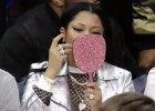 ¿Maquillarse en pleno partido? La cantante Nicki Minaj lo hizo