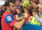 Rossi firma sin parar en su presentación con el Levante