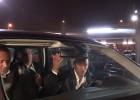 Los focos molestan a Neymar en su llegada a Barcelona