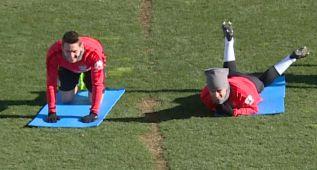 Las risas de Koke y Griezmann con el ejercicio de piernas