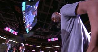 Kobe al borde de las lágrimas en Ohio: el público, en pie