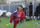 La última de Xabi Alonso: ¡da toques sentado mientras lee!