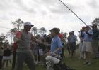 Un niño impresiona a Tiger Woods con un hoyo en uno