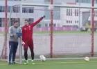 Neuer rozando el imposible, ¡para un tiro sin mirar!