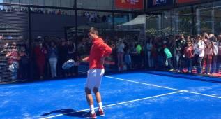 Djokovic monta el 'show' hasta cuando juega al pádel