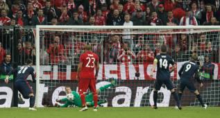 El 'no penalti' que falló Torres: la falta fue fuera del área