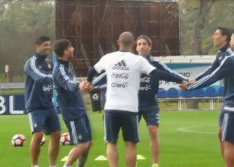 El curioso desafío que aceptó Messi en práctica de Argentina