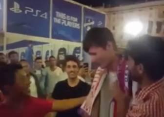 Fans del Madrid consuelan a un atlético desconsolado