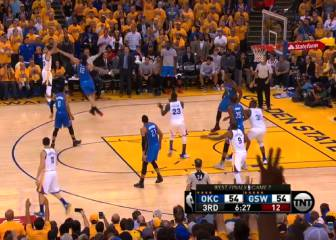 Curry también sacó a bailar a Adams para 'clavársela' de 3