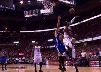 ¡Por aquí no pasas! ¡Qué taponazo de Irving a Curry!