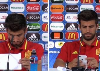 El entretenimiento de Piqué en la rueda de prensa de Pedro