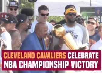 Fiesta de los Cavs por el anillo con Irving y LeBron al micro