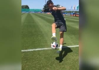 La calidad de Özil es infinita: pegamento y vueltas al mundo