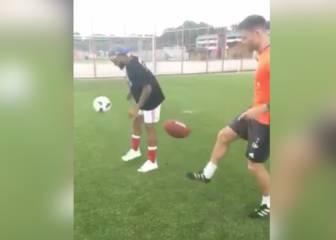 Xabi luce toque ante Odell con un balón de fútbol americano