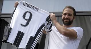 Higuaín, aclamado por sus fans a su llegada a Turín
