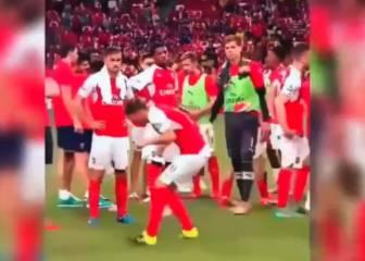 Maravilloso... ¿Qué pasa si le das a Özil una bola de papel?