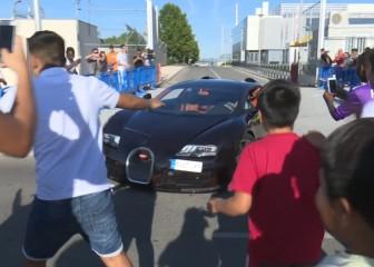 Cristiano huye con su Bugatti ante la avalancha de gente