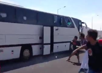Salvajada en Turquía: ultras apedrean el bus del Besiktas