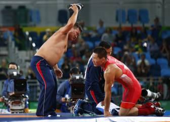 Pierde el bronce por celebrar y sus entrenadores se desnudan