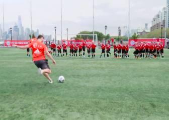 El partido definitivo: Xabi y Vidal...¡Contra 40 niños!