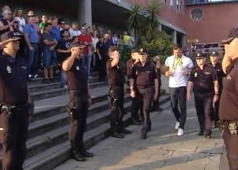 El homenaje de la policía de Gijón a Saúl Craviotto