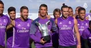 Cristiano comparte su nuevo trofeo con el resto de la plantilla