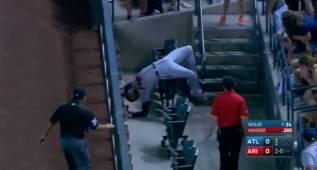 Freddie Freeman se juega el físico para atrapar la pelota