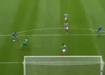 Chicharito fue Ronaldo: rompe la cadera al portero en el gol